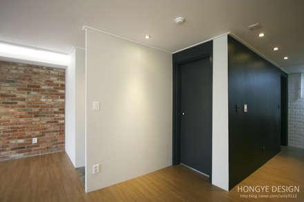 인더스트리얼 느낌의 30평 아파트 인테리어: 홍예디자인의  복도 & 현관