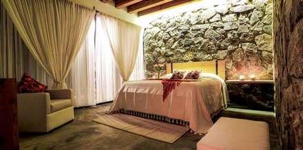 Villa Guadalupe: Recámaras de estilo moderno por Caja de Diseño