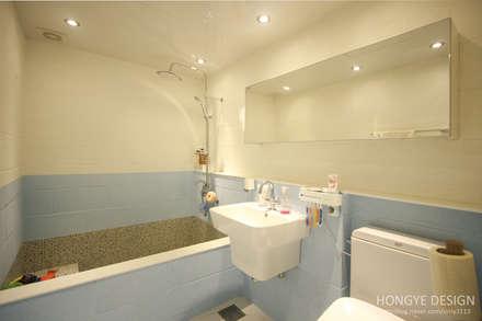 아이셋과 부모님이 함께 사는 집_48py: 홍예디자인의  화장실