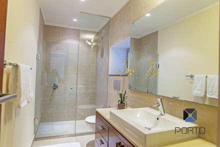"""Proyecto """"Penthouse Yucatan Country Club"""": Baños de estilo  por PORTO Arquitectura + Diseño de Interiores"""