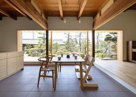 古民家改修:通り土間のある家: m5_architecteが手掛けたダイニングです。