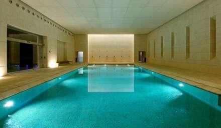 Centro balneario SPA hotel Hacienda La Boticaria: Piscinas de estilo moderno de Herrero/Arquitectos
