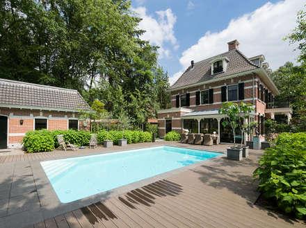 Villa te Zeist - Achtergevel - Zwembad: eclectisch Zwembad door Friso Woudstra Architecten BNA B.V.
