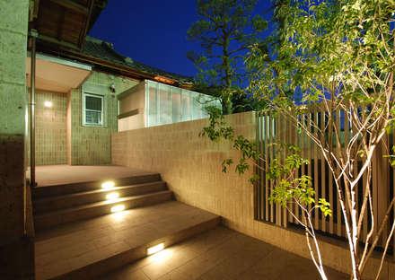 もう一つの玄関: 株式会社 中村建築設計事務所が手掛けた玄関/廊下/階段です。