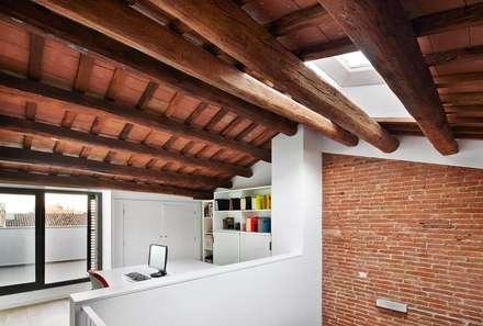 57ALI Reforma y ampliación de casa entre medianeras al Centro de Terrassa: Estudios y despachos de estilo minimalista de Vallribera Arquitectes