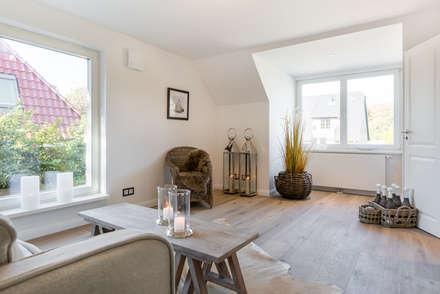 Homestaging Musterwohnung auf Sylt: landhausstil Wohnzimmer von Immofoto-Sylt