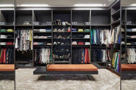 Residência Condomínio Hibisco: Closets clássicos por Estela Netto Arquitetura e Design