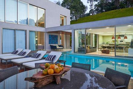 Residência Condomínio Hibisco: Piscinas clássicas por Estela Netto Arquitetura e Design