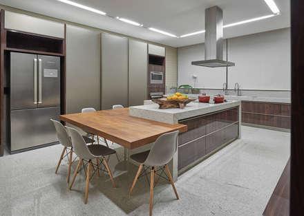 Residência Condomínio Hibisco: Cozinhas clássicas por Estela Netto Arquitetura e Design