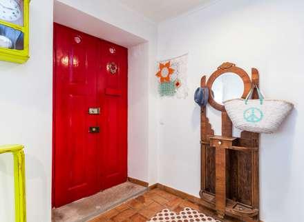 Casa Sul, um lugar onde se sente a alma portuguesa. : Corredores, halls e escadas rústicos por alma portuguesa
