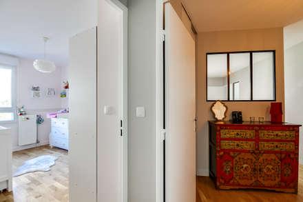 Couloir Entrée - Chambre de bébé: Couloir et hall d'entrée de style  par Decorexpat