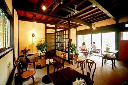 Locales gastronómicos de estilo  por 吉田建築計画事務所