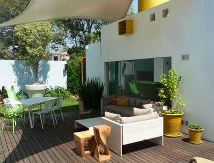 Casa Parral 62: Jardines de estilo moderno por simbiosis ARQUITECTOS