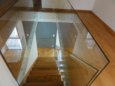 Ericeira Surf : Corredores e halls de entrada  por ARQAMA - Arquitetura e Design Lda