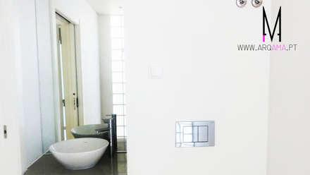 Ericeira Surf : Casas de banho campestres por ARQAMA - Arquitetura e Design Lda