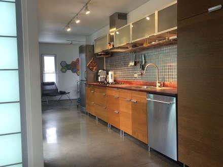 Galley kitchen: modern Kitchen by Ecosa Institute