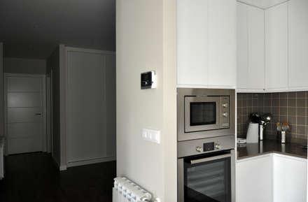Casa prefabricada Cube  75 m2 - Cocina y pasillo: Pasillos y vestíbulos de estilo  de Casas Cube
