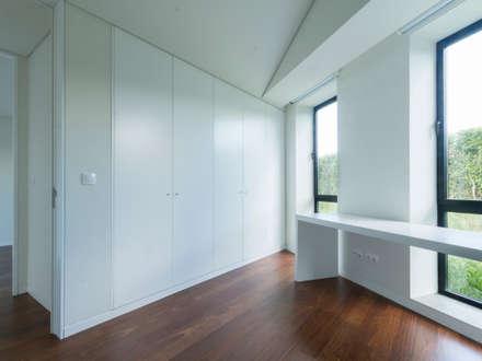 Casa Rosto do Cão: Quartos minimalistas por Monteiro, Resendes & Sousa Arquitectos lda.