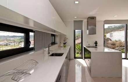 Casa MS: Cozinhas modernas por 136F - Arquitectos