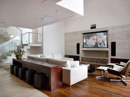 Salas multimedias de estilo  por Márcia Carvalhaes Arquitetura LTDA.