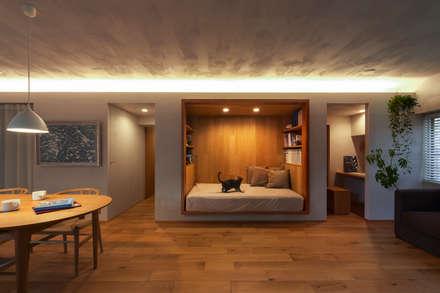 覚王山のリノベーション: Nobuyoshi Hayashiが手掛けた寝室です。