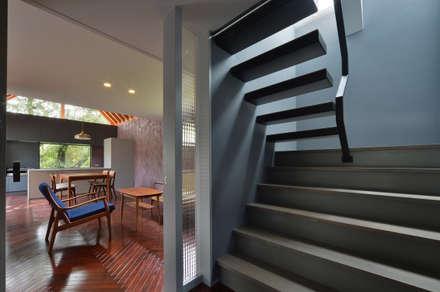 守山の家: Nobuyoshi Hayashiが手掛けた玄関/廊下/階段です。