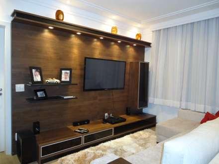 Painel TV: Salas de estar modernas por Danielle David Arquitetura