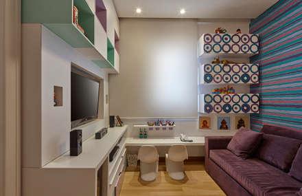 Salas multimedias de estilo  por Isabela Canaan Arquitetos e Associados