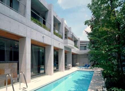 プールコートの家: AMO設計事務所が手掛けたプールです。