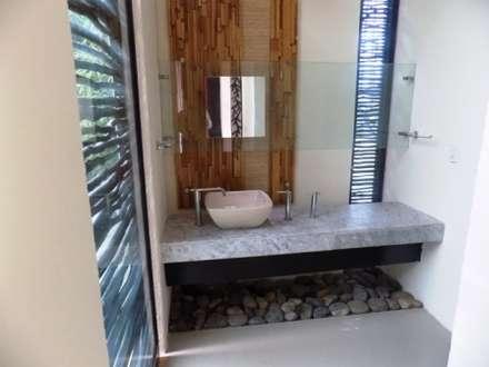eclectic Bathroom by bello diseño interior