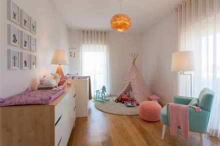 Quarto Bebé: Quartos de criança modernos por Traço Magenta - Design de Interiores