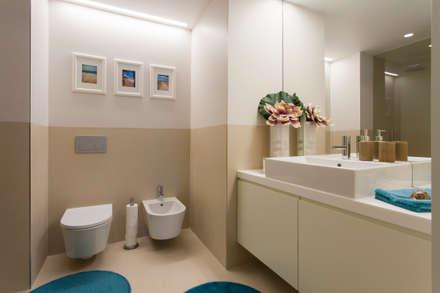Casa de banho comum a dois quartos: Casas de banho modernas por Traço Magenta - Design de Interiores