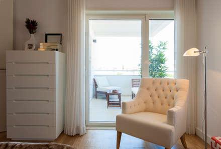 Suite do Casal_vista para a varanda: Quartos modernos por Traço Magenta - Design de Interiores