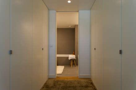 modern Dressing room by Traço Magenta - Design de Interiores