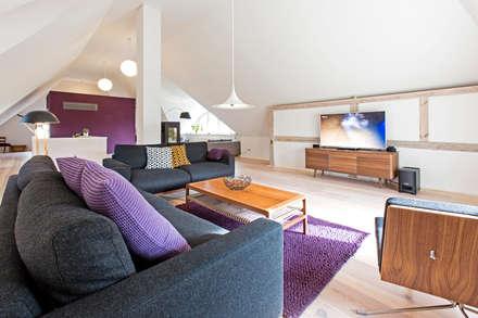 FERIEN IM DENKMAL – ALTES SCHIFFERHAUS: skandinavische Wohnzimmer von Planungsgruppe Barthelmey