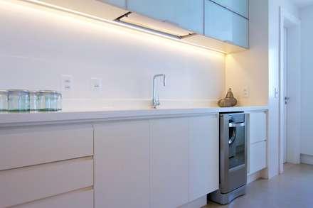 Cozinha Gourmet Branca: Cozinhas minimalistas por Palloma Meneghello Arquitetura e Interiores