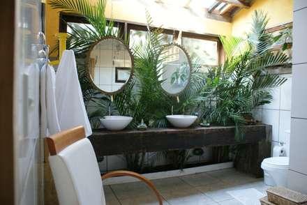 Banheiro Jardim: Banheiros rústicos por Daniela Zuffo Arquitetura e Interiores