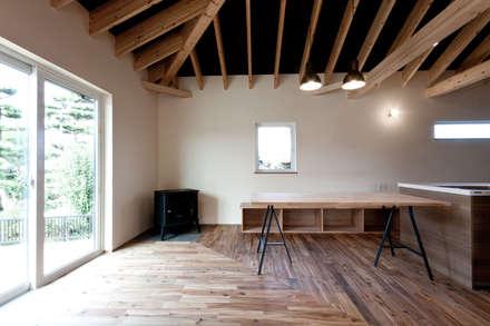10*10_Haus: 有限会社 法澤建築デザイン事務所が手掛けたリビングです。