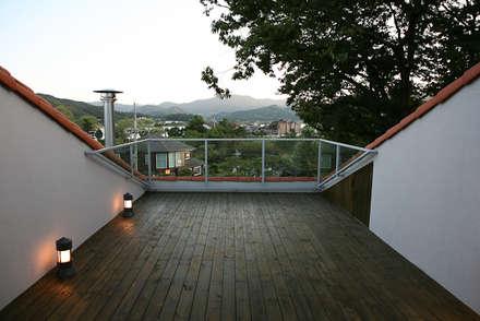 yp house: IDEEAA _ 이데아키텍츠의  베란다
