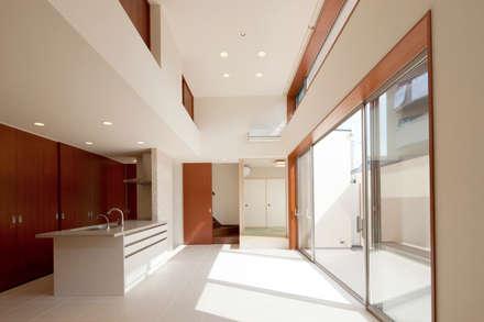 都島の家: 一級建築士事務所 Eee works が手掛けたリビングです。