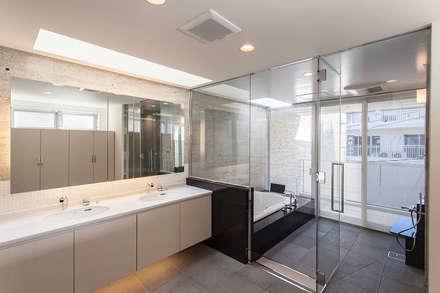 K HOUSE: 株式会社 t2・アーキテクトデザイン 一級建築士事務所が手掛けた浴室です。