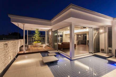 K HOUSE: 株式会社 t2・アーキテクトデザイン 一級建築士事務所が手掛けたプールです。