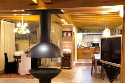 Restauro Vecchio Casale: Soggiorno in stile in stile Moderno di Zago Studio Architects