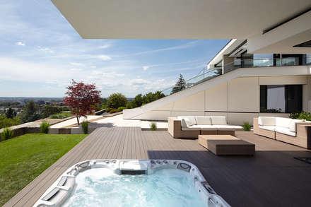 modern Spa by LEE+MIR