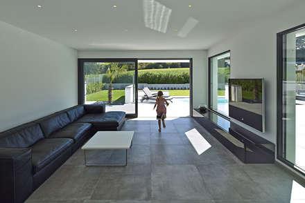 VILLA BELICE: moderne Wohnzimmer von LEE+MIR