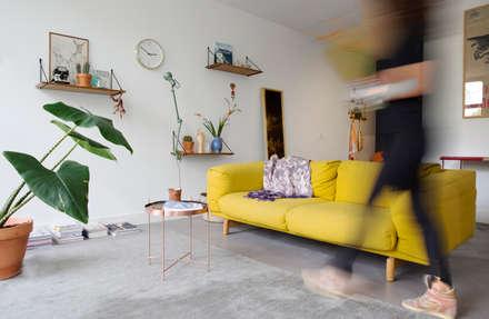 Urban home apartment Amsterdam: moderne Woonkamer door Studio roos