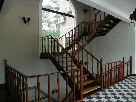 Corridor & hallway by BUZZI & SILVA ARQUITETOS ASSOCIADOS