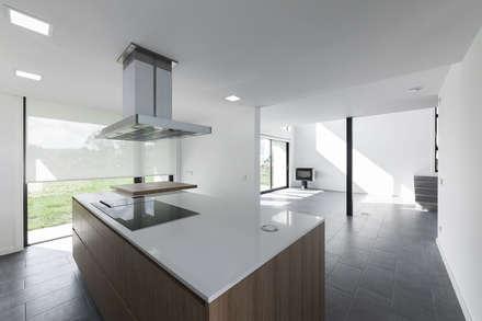 Vivienda en Mugardos: Cocinas de estilo moderno de AD+ arquitectura