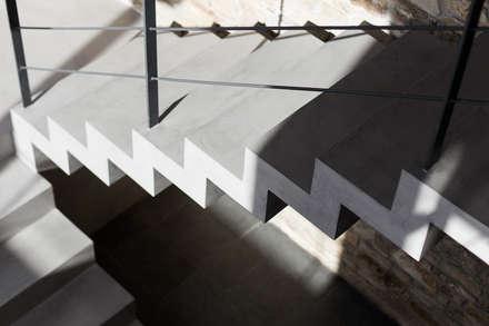 Vivienda en Mugardos: Escaleras de estilo  de AD+ arquitectura