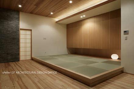 040軽井沢Cさんの家(増築): atelier137 ARCHITECTURAL DESIGN OFFICEが手掛けた寝室です。